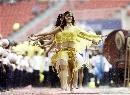图文:[亚洲杯]开幕式大雨 雨中朦胧美女