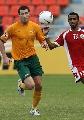 图文:[亚洲杯]澳洲VS阿曼 埃莫顿追逐皮球