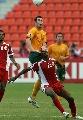图文:[亚洲杯]澳洲VS阿曼 埃莫顿飞身争顶