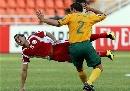 图文:[亚洲杯]澳洲VS阿曼 尼尔放倒对手