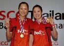 图文:高��/黄穗获泰国公开赛女双冠军 获金牌