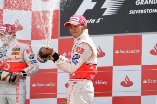 图文:[F1]莱科宁获英国站冠军 汉密尔顿庆祝