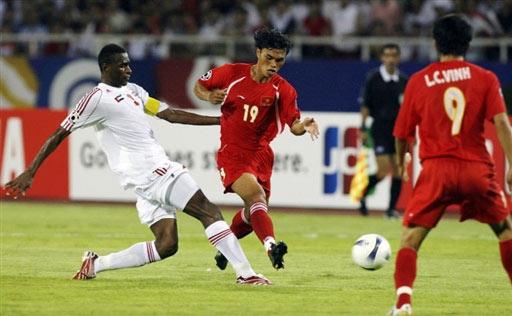 图文:[亚洲杯]越南VS阿联酋 两人夹防