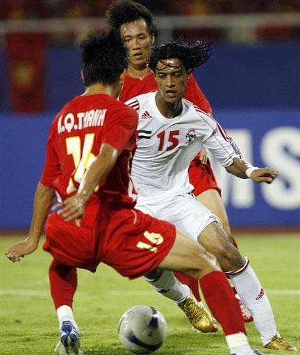 图文:[亚洲杯]越南VS阿联酋 带球突破