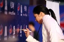 图文:体育电影周开幕 张娜拉签名