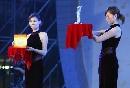 图文:体育电影周开幕 明星志愿者证书和奖杯