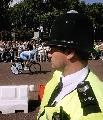 图文:环法第一赛段 伦敦警察注视车手