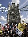 图文:环法第一赛段 车手在伦敦桥塔下