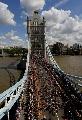 图文:环法第一赛段 车手通过伦敦桥