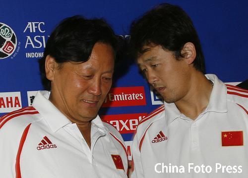 图文:[亚洲杯]国足新闻发布会 师徒亲密无间