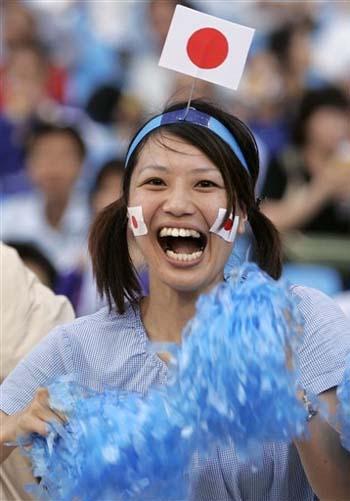 图文:[亚洲杯]日本1-1卡塔尔 日本美女球迷