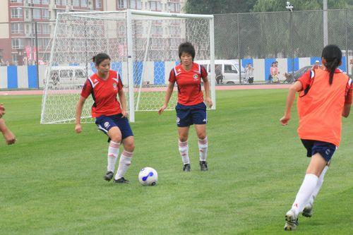 图文:[邀请赛]女足备战决赛 训练赛姐妹情深
