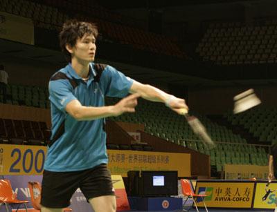 图文:[羽毛球]国羽备战大师赛 鲍春来适应场地
