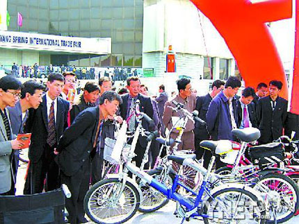 中国生产的自行车在平壤引起了很多朝鲜顾客的兴趣