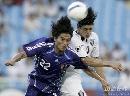 图文:日本1比1卡塔尔 双方队员争顶头球