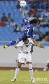 图文:日本1比1卡塔尔 日卡员争顶头球