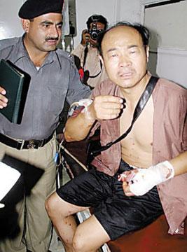伤者赵建国讲述遇袭经过。