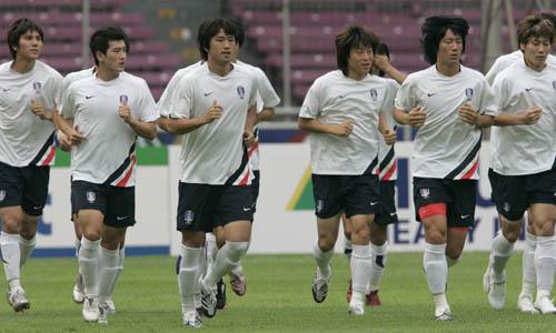 图文:[亚洲杯]韩国队备战沙特 全队跑圈放松