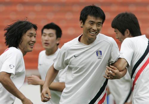 图文:[亚洲杯]韩国队备战沙特 李东国笑逐颜开