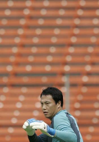 图文:[亚洲杯]韩国队备战沙特 李云在扮蜘蛛侠