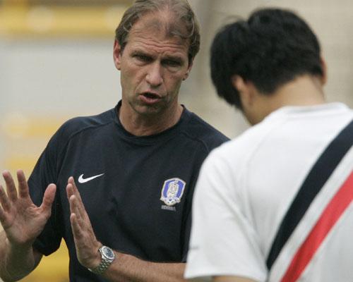 图文:[亚洲杯]韩国队备战沙特 维贝克指导队员