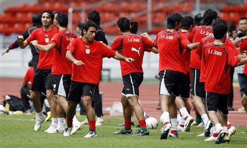 图文:[亚洲杯]伊朗备战首战 伸展运动放松