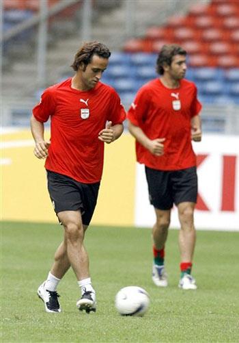 图文:[亚洲杯]伊朗备战首战 卡利米独自带球