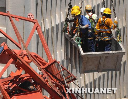 7月10日,营救人员在救援受困工人。