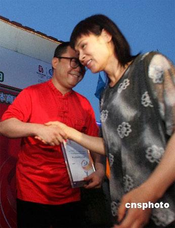 图文:石景山举办体育电影社区展映 颁发纪念牌