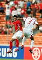图文:[亚洲杯]印尼VS巴林 马祖基飞身争顶