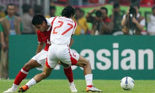 图文:[亚洲杯]印尼VS巴林 默罕默德连拉带拽