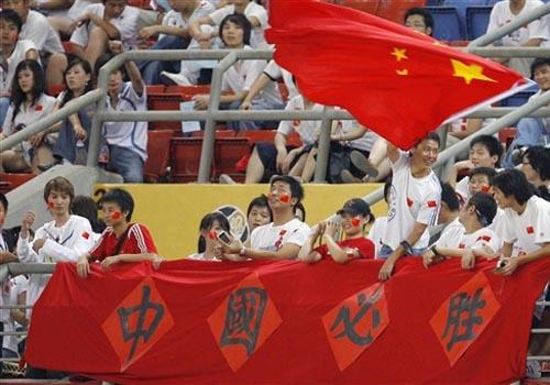 图文:[亚洲杯]中国5-1大马 球迷看台助威