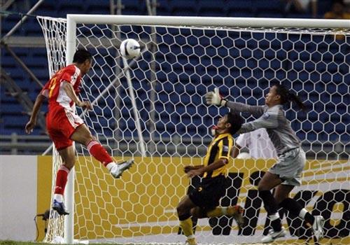 图文:[亚洲杯]中国5-1大马 韩鹏破门瞬间