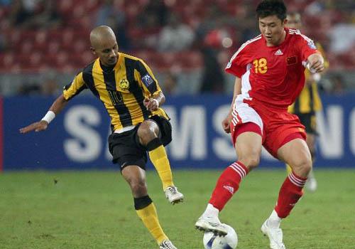 图文:[亚洲杯]中国5-1大马 周海滨控球出众