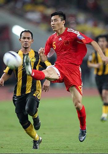 图文:[亚洲杯]中国5-1大马 李玮峰大脚解围