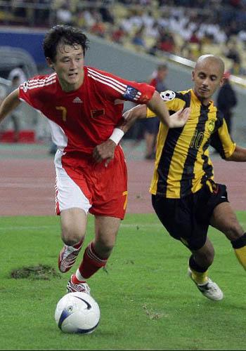 图文:[亚洲杯]中国5-1大马 继海成功突破