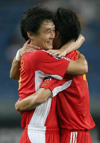 图文:[亚洲杯]中国5-1大马 继海祝贺王栋