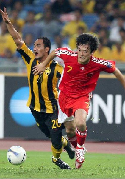 图文:[亚洲杯]中国5-1大马 继海防守凶悍
