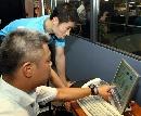图文:乒乓球队接受测试 王励勤观看自己数据