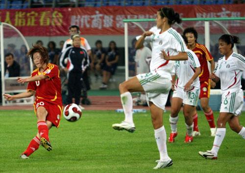 图文:[邀请赛]中国VS墨西哥 张彤起脚射门