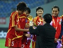 图文:[邀请赛]中国女足夺冠 李洁接受奖杯