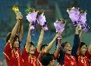 图文:[邀请赛]中国女足夺冠 玫瑰举手欢庆