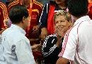 图文:[邀请赛]中国女足夺冠 谢亚龙鼓励多曼