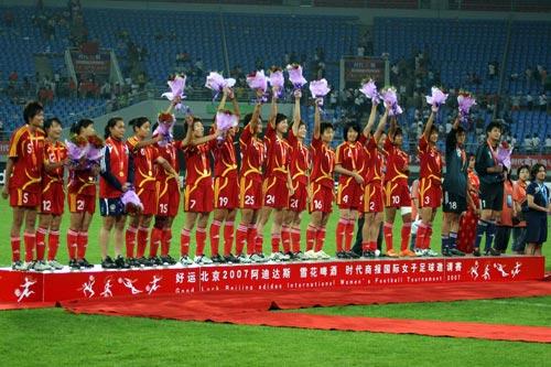 图文:[邀请赛]中国女足夺冠 领奖台上挥手致意