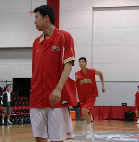 图文:[篮球]男篮备战尼克斯 王治郅轻松备战