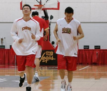 图文:[篮球]男篮备战尼克斯 小李飞刀慢跑热身