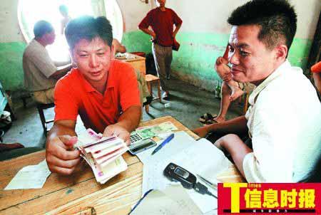 收猪老板阳伟明(右)中午时分收到了一车生猪运往广州,心里十分高兴。