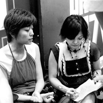 马葭(左)接受本报记者采访