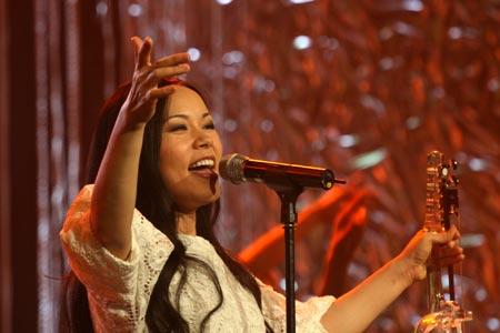 图文:唱响志愿校园行活动举行 歌手郭荣在表演