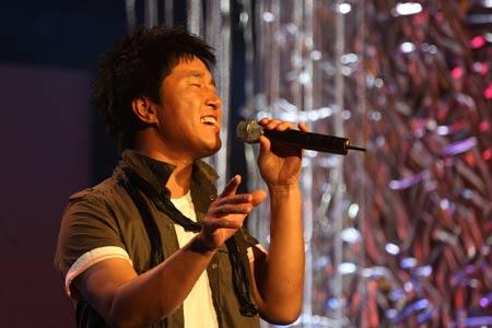 图文:唱响志愿校园行活动举行 满文军歌唱奥运